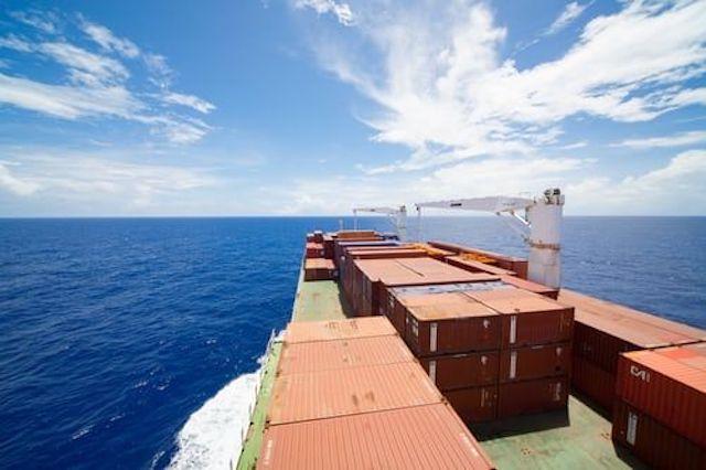加拿大海岸货船10个集装箱起火,货轮仍有5名船员滞留在货箱内,装有危险易燃物。